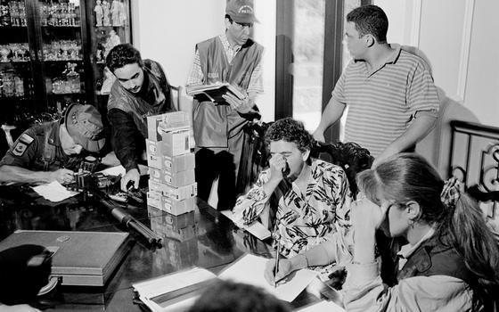 Forças Especiais colombianas buscam um traficante,em Cáli em 1996 (Foto:  Tom Stoddart/Getty Images)