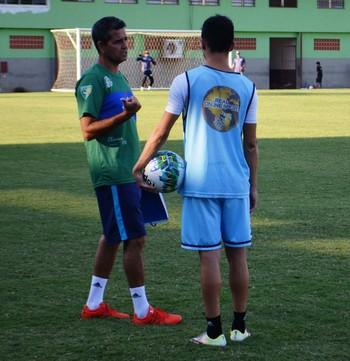 Àlvaro Miguéis, técnico do Atlético-AC, e Polaco, meia (Foto: Duaine Rodrigues)