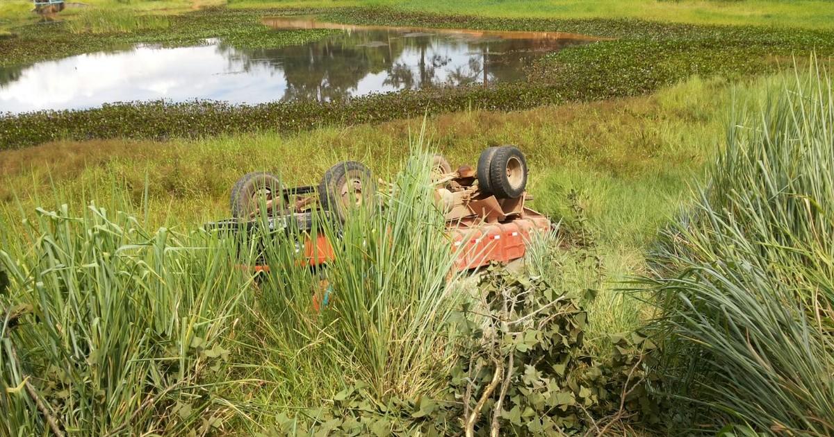Caminhão bate em poste e tomba no meio do mato em Araçoiaba ... - Globo.com