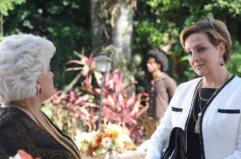 Jussara Freire e Betty Lago em cena do primeiro capítulo de 'Pecado mortal' (Foto: Divulgação)