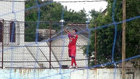 Sem gandulas, meia do Vilavelhense escala muro para pegar a bola