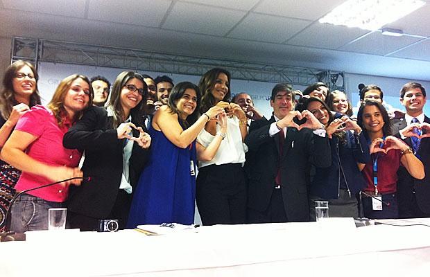 A cantora Ivete Sangalo ao lado da equipe da ONU que elaborou o relatório sobre tráfico humano (Foto: Raquel Morais/G1)