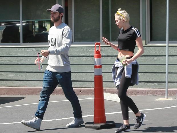 Miley Cyrus e Patrick Schwarzenegger durante passeio por Los Angeles, nos Estados Unidos (Foto: Grosby Group/ Agência)