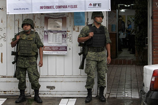 Solados diante do Instituto Federal Eleitoral (IFE) do México, no dia da eleição presidencial (Foto: AP)