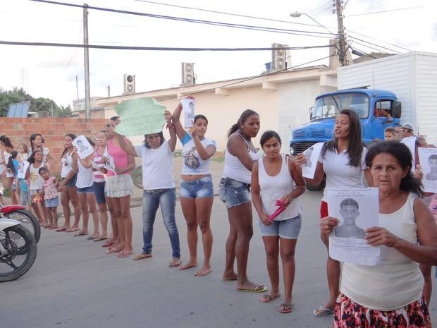 Amigos e familiares de Davi da Silva fazem manifestação no Benedito Bentes (Foto: Michelle Farias/G1)