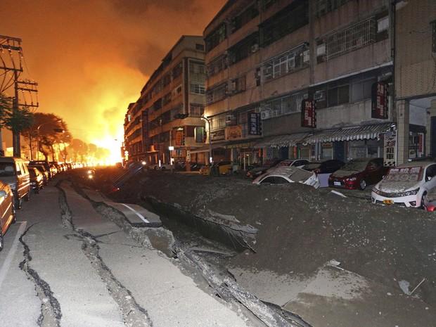 Imagem de uma rua destruída pela explosão de uma tubulação subterrânea na cidade de Kaohsiung, Taiwan (Foto: AP)