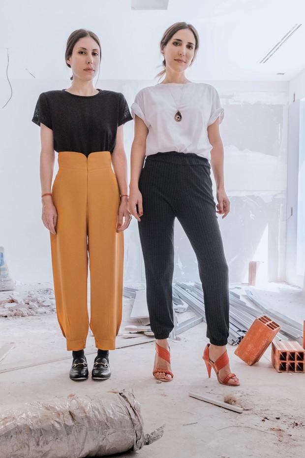 Renata usa blusa (R$ 455) e calça (R$ 1.485) e Lilly usa blusa (R$ 455), calça (R$ 790) e sandálias (R$ 1.480) da coleção do verão da Lilly Sarti (Foto: Dio Bastoge, Takeuchiss, Guilherme Nabhan e Divulgação )