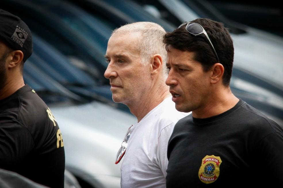 Eike Batista chega para prestar depoimento na sede da Polícia Federal (Foto: LUCIANO BELFORD/FRAMEPHOTO/ESTADÃO CONTEÚDO)