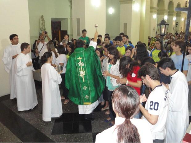 Jovens de Campina Grande participam de missa de envio na Catedral. (Foto: Pastoral da Comunicação/Divulgação)