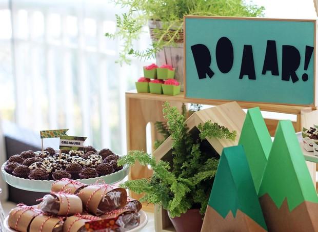 Plantas, elementos em papel e madeira deram leveza a decoração (Foto: Arquivo Pessoal)