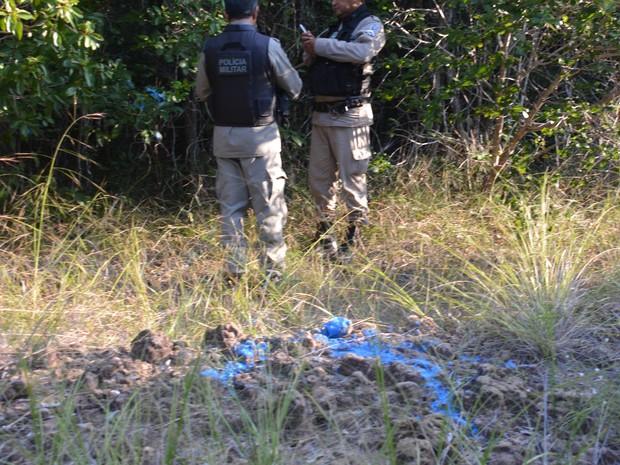 Polícia encontrou vala onde ossadas humanas estavam enterradas sinalizada após denúncia anônima  (Foto: Walter Paparazzo/G1)