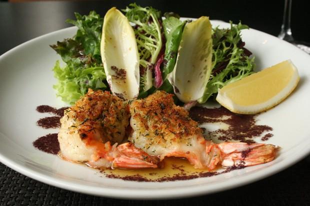 Salada com camarões para manter a forma