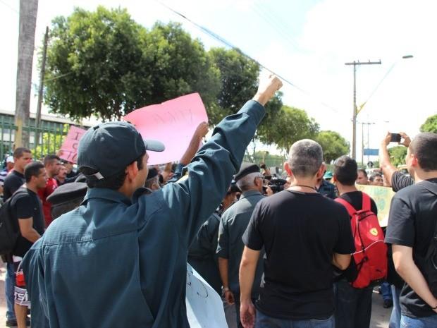 O ato iniciado na manhã desta terça reuniu cerca de 70 manifestantes  (Foto: Diego Toledano/ G1 AM)