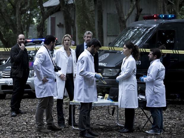 Com mais uma vítima, equipe precisa correr contra o tempo (Foto: Estevam Avellar/TV Globo)