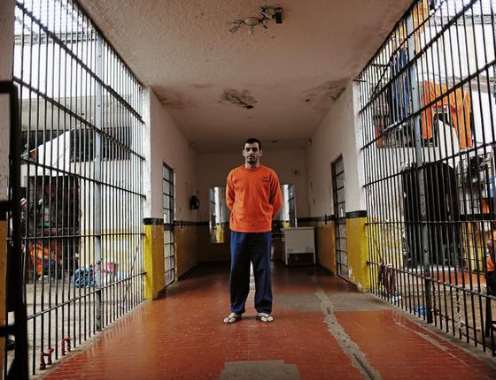 O preso Júlio César na prisão de Ponta Porã (MS) (Foto:  Adriano Machado/ÉPOCA)