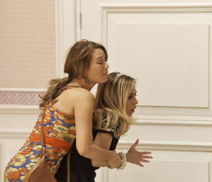 Tancinha e Fedora se atracam no quarto da it-girl (Foto: TV Globo)