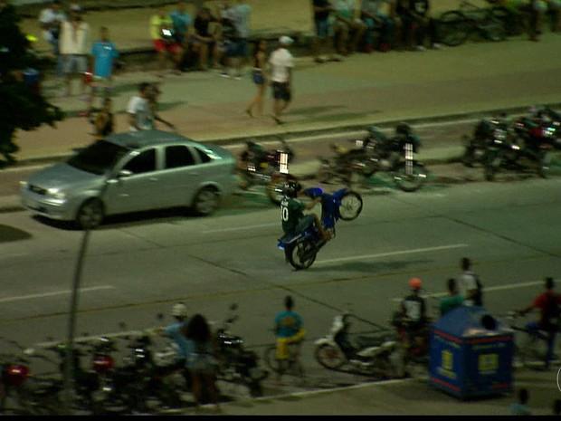 Motoqueiros fazem manobras arriscadas na Avenida Boa Viagem, na Zona Sul do Recife (Foto: TV Globo/Reprodução)