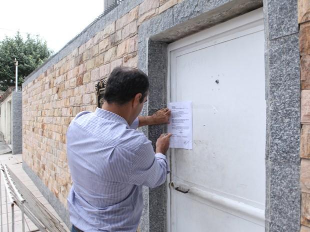 Oficial de Justiça lacra imóvel conhecido como a 'fortaleza do bicho' (Foto: Henrique Porto / MPRJ)