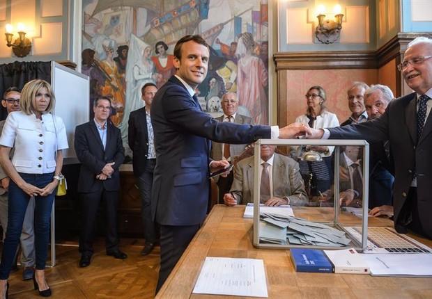 Macron vota nas eleições legislativas da França (Foto: EFE)