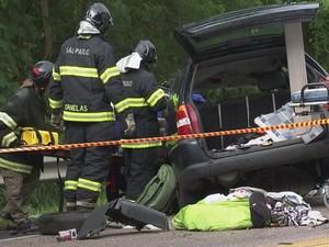 Bombeiros levaram uma hora para socorrer motorista (Foto: Reprodução/ TV TEM)