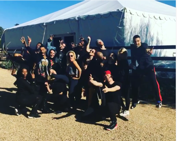 A cantora Lady Gaga com os coreógrafos em frente ao palco no seu quintal (Foto: Instagram)