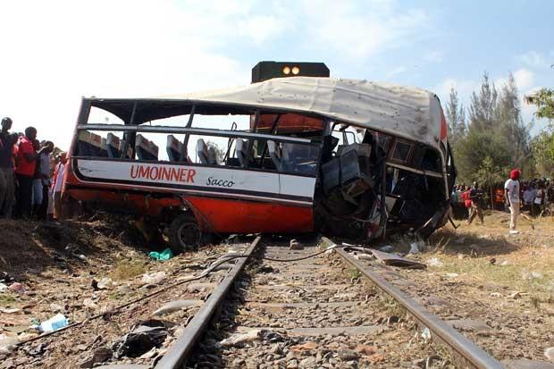 Destroços do ônibus são vistos após colisão com trem em Nairóbi, no Quênia (Foto: Simin Maina/ AFP)