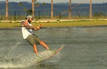 Cantor sertanejo Mateus pratica e mostra habilidade no wakeboard em parque (TV Goiás)
