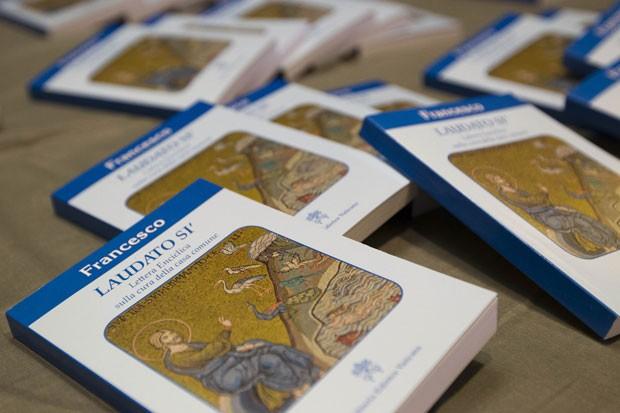 Cópias da encíclica sobre o meio ambiente escrita pelo Papa Francisco são vistas nesta quinta-feira (18) no Vaticano (Foto: Andrew Medichini/AP)