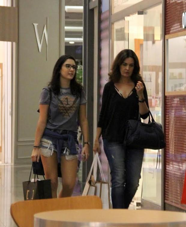 Fátima Bernardes vai às compras com uma as filhas (Foto: Agnews)