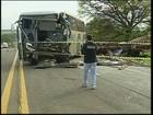 Três morrem e dez ficam feridos após ônibus bater em caminhão