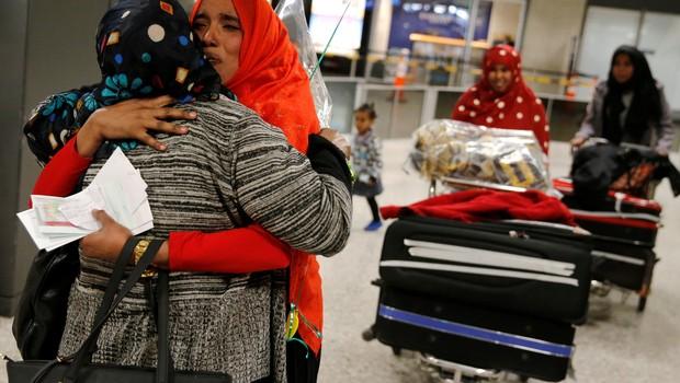 Imigrantes em aeroporto em Washington (EUA) (Foto: Jonathan Ernst/Reuters)