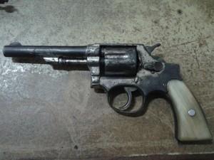 Autor indicou onde o revólver estava guardado (Foto: Divulgação/PM)