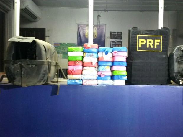 Homem preso disse aos policiais que levaria a droga da fronteira até Santa Catarina (Foto: Divulgação / PRF)