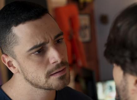 Roger revela para Samurai que Rodrigo e Luciana estão juntos