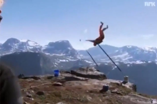 Henriksen estava fazendo acrobacias em uma barra fixa colocada na borda de um precipício de 1.200 metros, quando a barra quebrou e ele despencou.  (Foto: Reprodução)