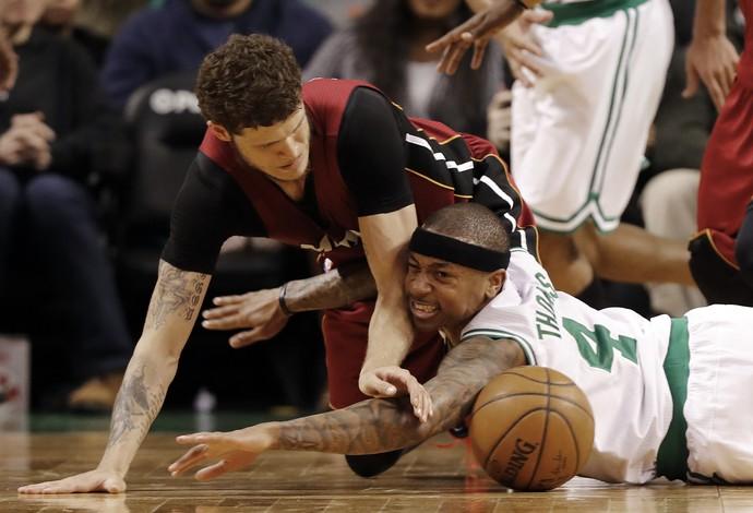isaiah Thomas se joga no chão para brigar pela bola (Foto: Reuters)