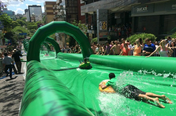 Seis mil pessoas se inscreveram para descer no toboágua gigante (Foto: Gabriela Haas/RBS TV)