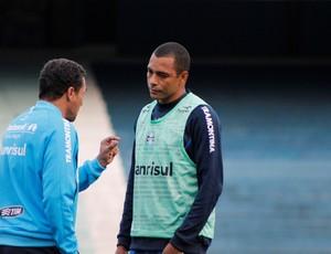 Luxemburgo e Gilberto Silva no treino do Grêmio (Foto: Diego Guichard / GLOBOESPORTE.COM)