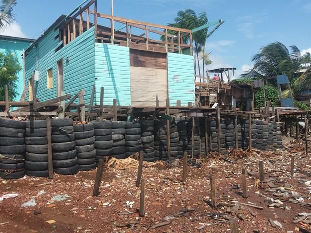 Barreira com pneus foi colocada por moradores na região do Aturiá, em Macapá (Foto: John Pacheco/G1)