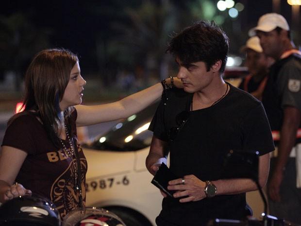 Lia dá apoio a Vitor depois que ele é liberado (Foto: Malhação / Tv Globo)