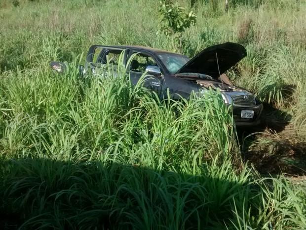 Camionete foi jogada para o matagal após a batida (Foto: Adriana Santana/TV Anhanguera)