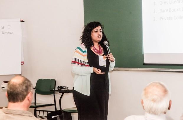 """A ativista egípcia Maissan Hassan durante sua fala em congresso internacional em São Paulo, cujo tema foi """"Iniciativas de Memória Emergentes""""  (Foto: Divulgação)"""