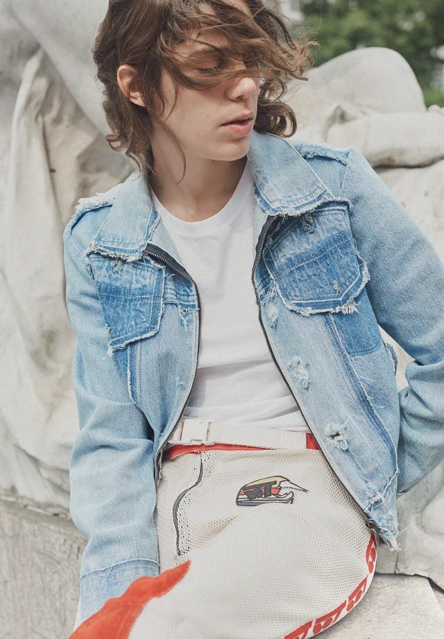 No centro de São Paulo, durante sua passagem pelo Brasil em novembro passado, Clara usa camiseta (R$ 93) basico.com, jaqueta Margiela e calça B. Luxo (Foto: Hick Duarte)