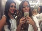 Vestidas de branco, ex-BBB Amanda e Rafaella Santos posam para selfie
