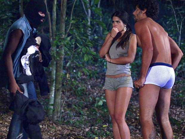 Assaltante manda Isadora e Ronaldo tirarem as roupas (Foto: Guerra dos Sexos / TV Globo)