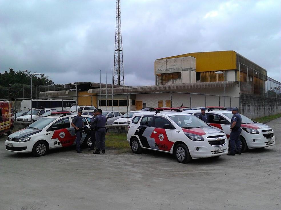 Equipes da polícia cercam a Fundação Casa de Santos, SP (Foto: Rodrigo Nardelli/G1)