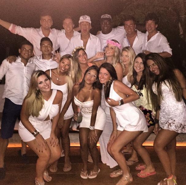 Neymar comemora réveillon com amigos  (Foto: Reprodução/Instagram)