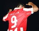 Alvo de Inter e Santos, Saviola é apresentado no grego Olympiacos
