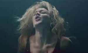 Joss Stone canta debaixo d'água no clipe 'Stuck on you'; assista