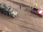 Deslizamento de terra deixa carros presos em lama em Los Angeles